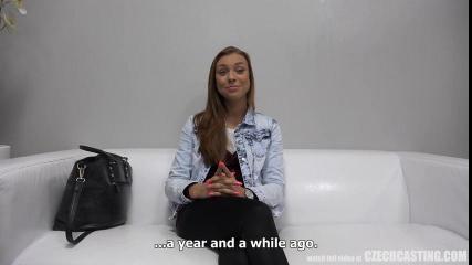 Брюнетка на порно-кастинге согласилась показать бритую промежность и сделала минет, глядя в видеокамеру