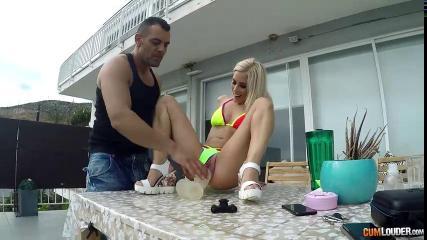 Молодая блондинка подставила свой зад студенту для смачного анального секса