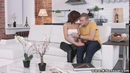Русская пара олицетворяет настоящую страсть сексом на диване