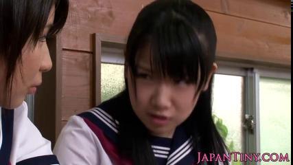 Две молодые азиатки в униформе по очереди отсасывают член и дают в узкие пилотки своему похотливому любовнику