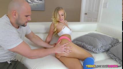 Красивая блондинка делает приятное своему дружку во время секса
