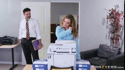 Хозяин дома пердолит пухлую жену с большими бидонами на глазах у горничной