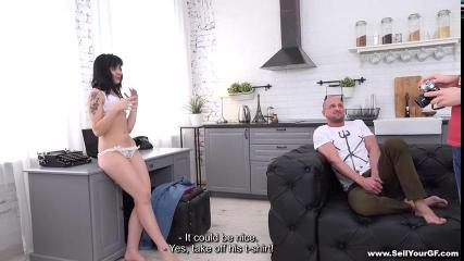 Скромный парень наблюдает за тем как его мускулистый сосед жарит в вагину его жену