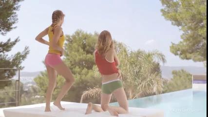 Русские шлюхи делают взаимный куни друг другу на пляже