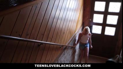 Блондинка любит когда ее трахают чернокожие