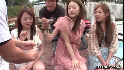 Теребят киски японских девушек на телешоу