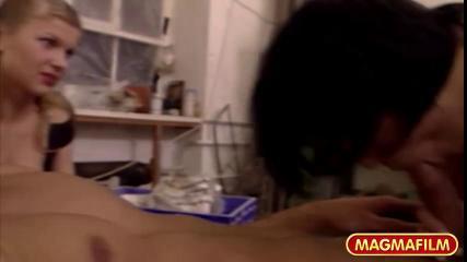 Грудастая девушка смотрит как трахают ее подругу