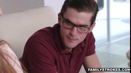 Сучка в розовой футболке отсасывает член скромного парня на диване
