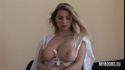 Блондинка с большими сиськам мастурбирует бритую киску на диване
