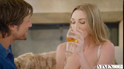 Блондинка занимается любовью с парнем на пару с приятельницей