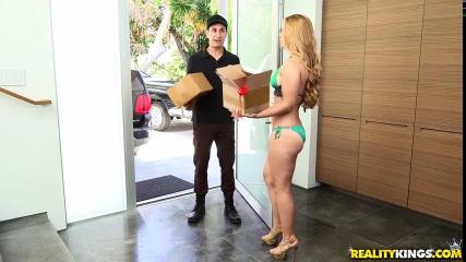 Курьер привез посылку а девушка отплатила собой