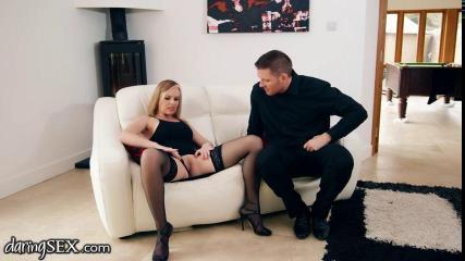 Блондинка с красивой грудью третьего размера трахается с мужем перед вебкой
