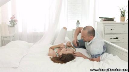 Лысый муж поимел жену языком и резко вставил толстый член в ее анальную щель