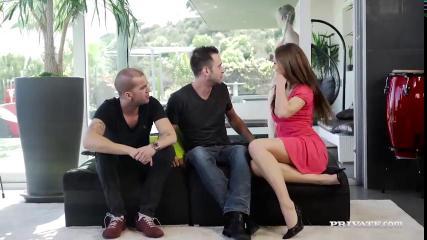 Две подруги одновременно и по очереди трахаются с возбужденными парнями на кожаном диване