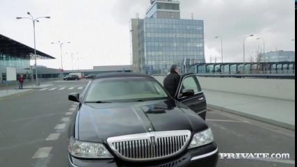 Красивая блондинка на заднем сидении машины отдалась незнакомцу в очках