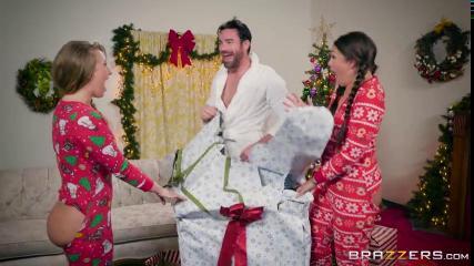 Две подруги в новогодних пижамах трахаются с каком возле новогодней елки
