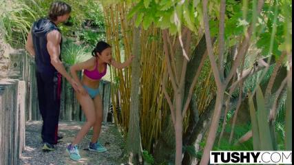 Спортсмен трахает азиатку в переулке и на большой постели на террасе