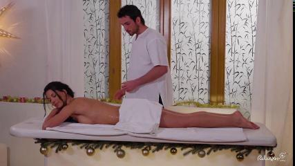 Девушка во время массажа возбудилась и дала себя отыметь