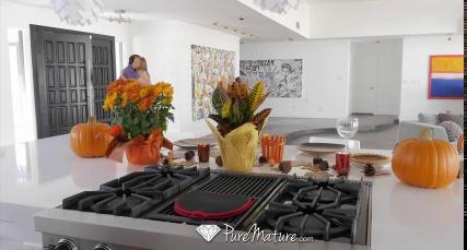 Блондинка на кухне получает порцию страстного траха