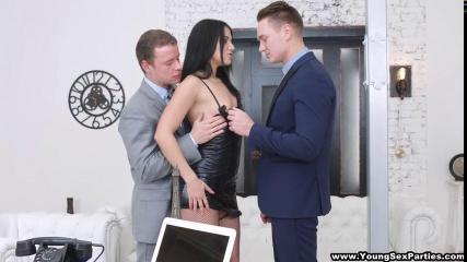 Брюнетка ублажает двойным проникновением мужчин и их члены