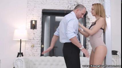 Парень вылизывает киску и вставляет пенис в тугую попку