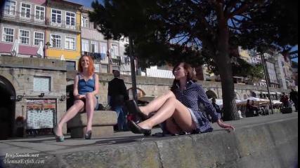 Две развратные телочки прогуливаются по городу полностью голые