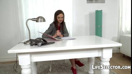 Жена в чулках облизывает член мужа, а потом принимает в себя залупу, раздвинув ноги на белом столе