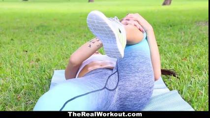 Пикапер снял незнакомку, которая занималась спортом в парке, и трахнул ее на диване, стянув белые стринги