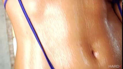 Брутальный трахарь схватил за волосы брюнетку, жестко насадил на член и заставил прыгать в позе наездницы