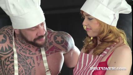 Татуированная парочка в поварских шапочках ласкают друг друга и занимаются сексом на кухонном столе