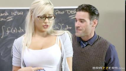 Студент трахнул стервозную училку в чулках за автомат
