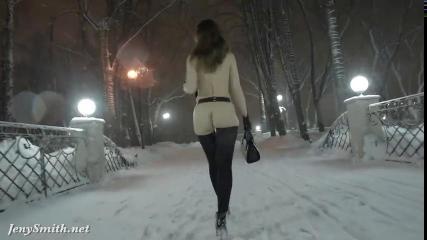 Развратная телка гуляет по ночному городу с открытой жопой