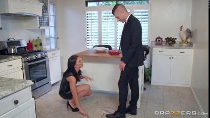 Деловые мужчины поочередно имеют грудастую секретаршу на мягком диване