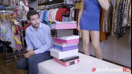 Продавщица одежды сосет член сексуальному модельеру