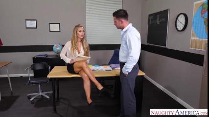 Строгий босс имеет в тугую вагину непослушную секретаршу
