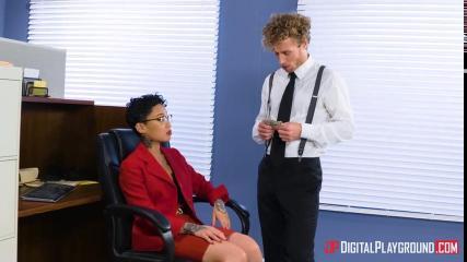 Молодой сотрудник офиса жестко отодрал старую начальницу