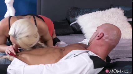 Блондинка в возрасте и с пирсингом на клиторе кончает от секса с лысым мачо